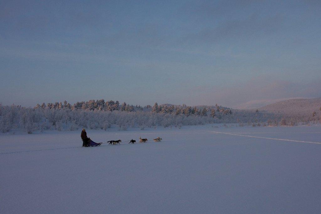 tour über einen zugefrorenen See